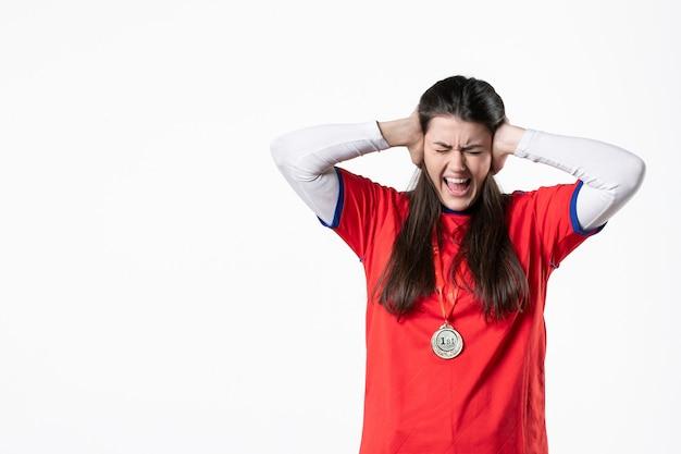 Jogadora frontal com medalha enfiando as orelhas