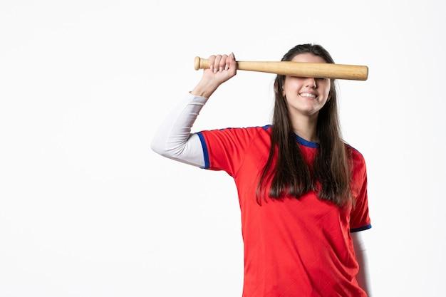 Jogadora frontal com taco de beisebol