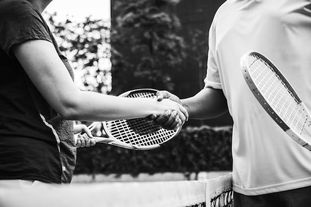 Jogadores apertando as mãos depois de uma partida de tênis