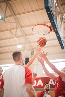Jogadores de basquete em ação