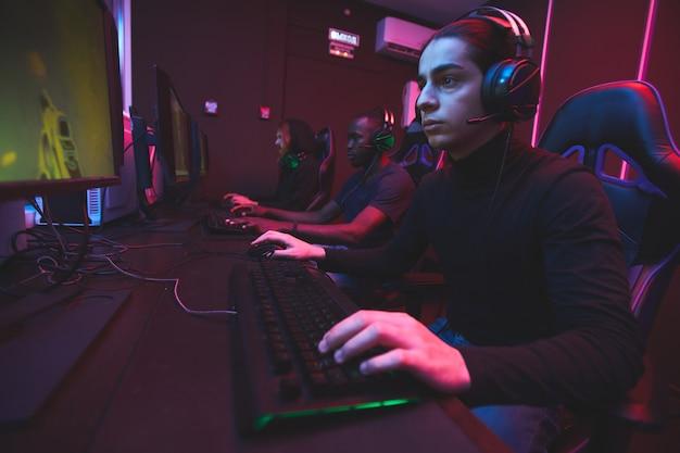 Jogadores de esportes eletrônicos que jogam jogos online via rede