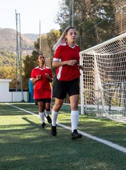 Jogadores de futebol correndo em campo