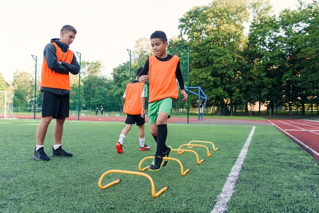 Jogadores de futebol infantil durante o treinamento da equipe antes de uma partida importante