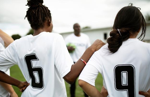 Jogadores de futebol ouvindo seu treinador