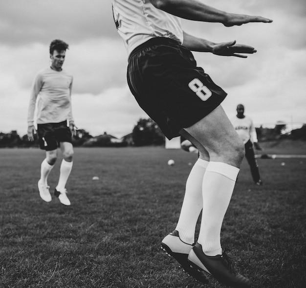 Jogadores de futebol que treinam no campo