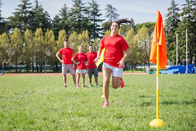 Jogadores de futebol treinando no campo de futebol