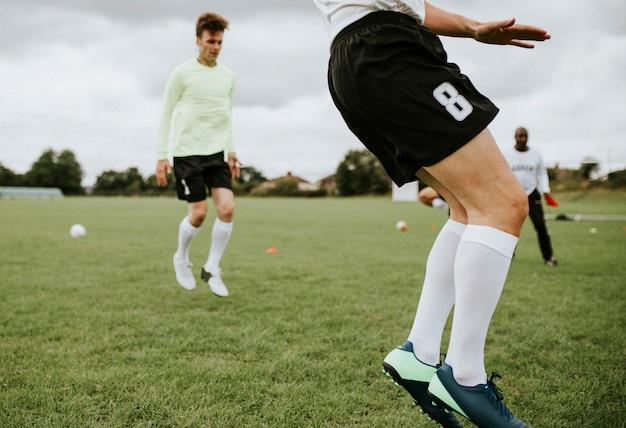 Jogadores de futebol treinando no campo