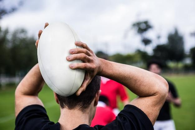 Jogadores de rúgbi treinando em campo