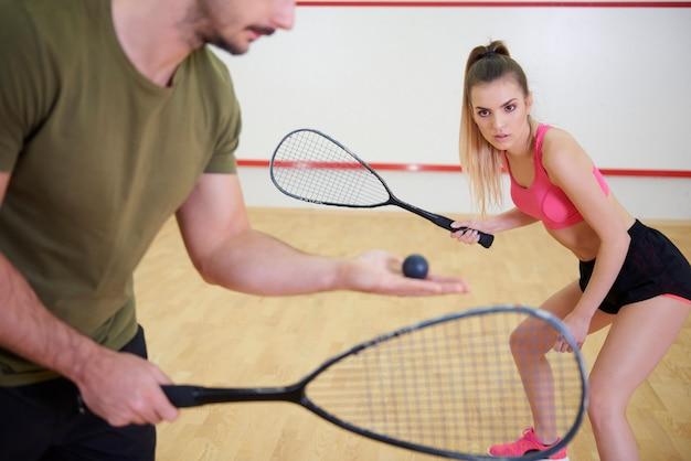 Jogadores de squash estão treinando para o jogo de squash