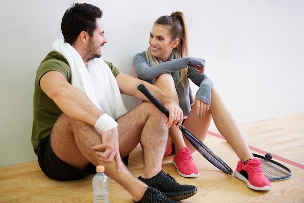 Jogadores de squash planejando um jogo de estratégia durante uma pequena pausa