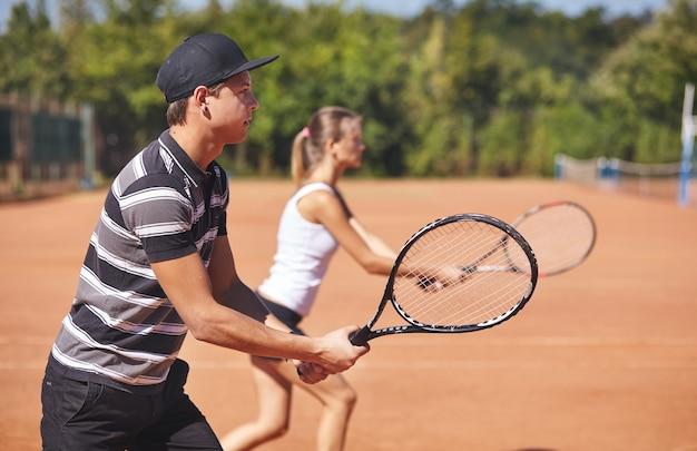 Jogadores de tênis na quadra