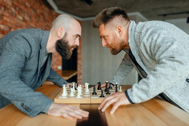 Jogadores de xadrez olham nos olhos uns dos outros