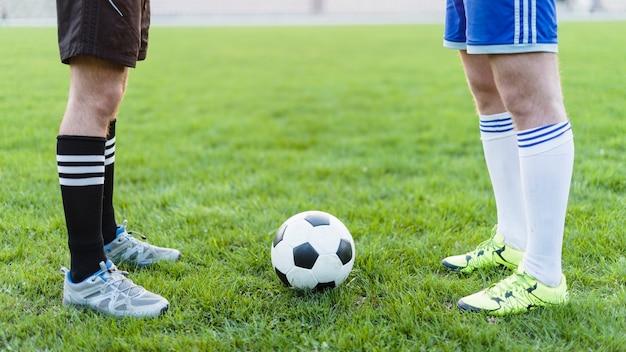 Jogadores futebol, perto, bola