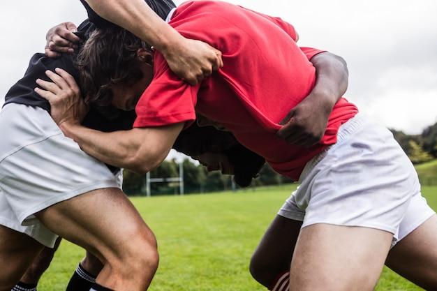 Jogadores rugby, fazendo, um, scrum, parque