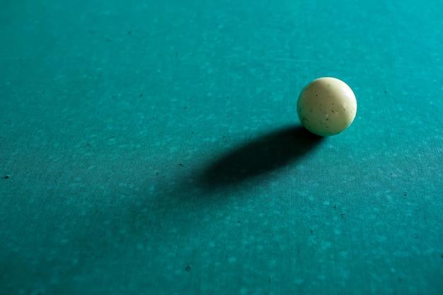 Jogando bilhar. bola de bilhar branca na mesa de bilhar verde