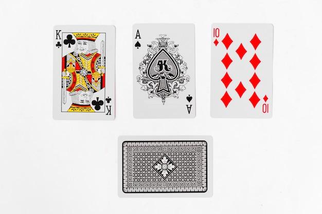 Jogando cartas, ás e rei terno com as costas no fundo branco