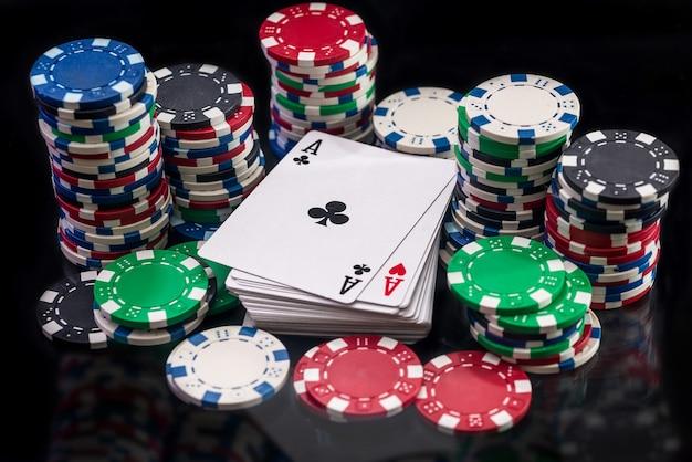 Jogando cartas com fichas de cassino na superfície preta