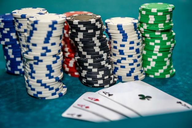 Jogando cartas com fichas de pôquer coloridas close-up