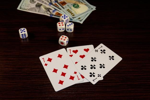 Jogando cartas, dados e dólares em uma mesa