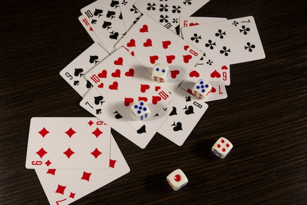 Jogando cartas e dados sobre a mesa. conceito de jogo