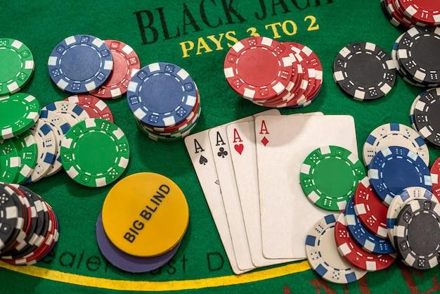 Jogando cartas e fichas de pôquer de cassino na mesa verde