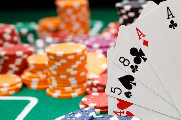 Jogando cartas e fichas na mesa verde do cassino