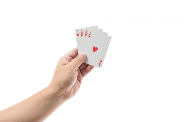 Jogando cartas na mão isolado no fundo branco