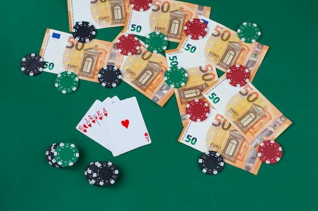 Jogando cartas, notas de euro e jogando fichas
