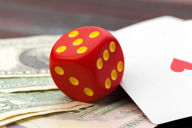Jogando dadinhos e pilha de dólares americanos
