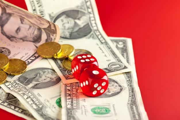 Jogando dadinhos e pilha de notas de dólares americanos.