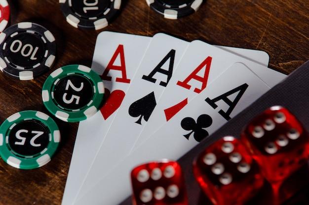 Jogando dados de fichas e cartas em uma mesa de madeira, close-up