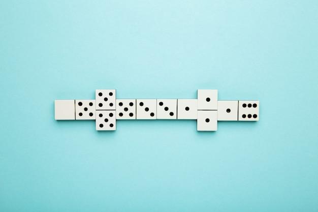 Jogando dominó na superfície azul