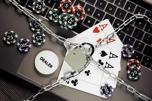 Jogando fichas, ases e cadeado no teclado do laptop