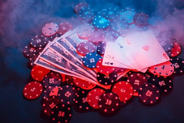 Jogando fichas de pôquer, cartas e dinheiro cheio de fumaça