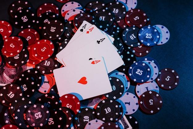 Jogando fichas de pôquer, cartas e dinheiro de perto