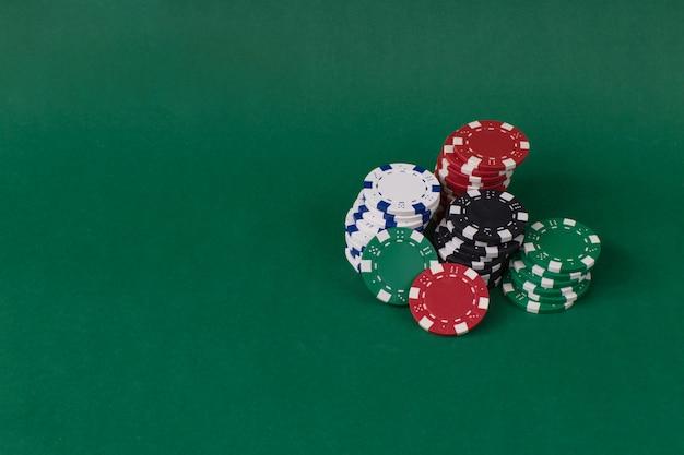Jogando fichas em uma mesa verde