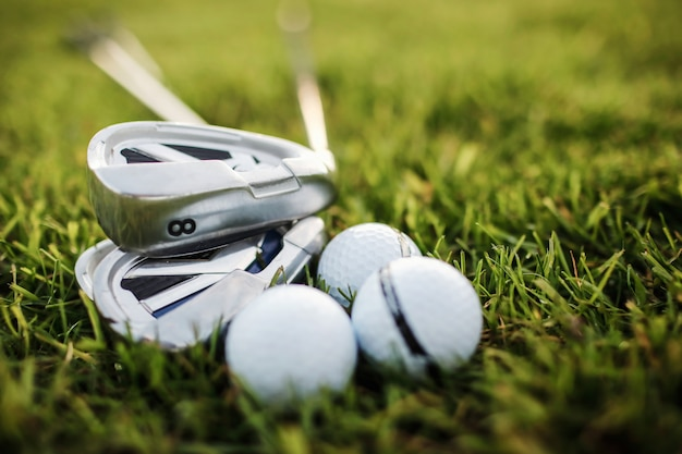 Jogando golfe - tiro de bola de golfe com taco de golfe