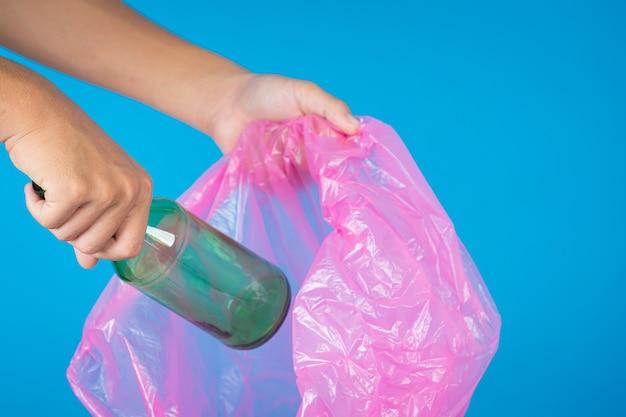 Jogando lixo em sacos de lixo