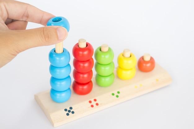 Jogando o brinquedo de madeira gamão colorido