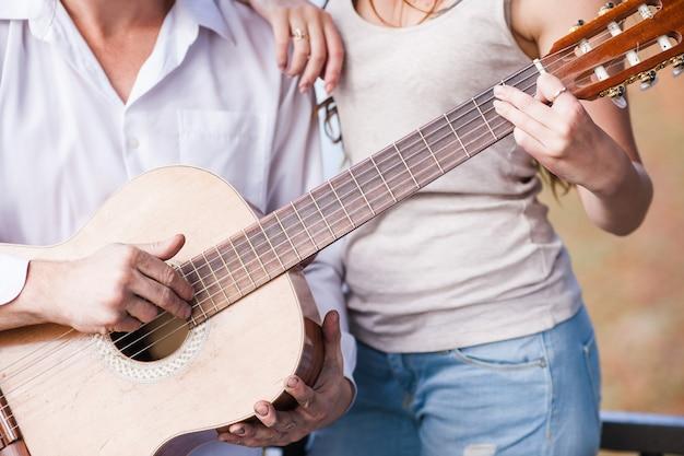 Jogando o conceito juntos do tutorial de guitarra. cursos individuais. estilo de vida de pessoas talentosas.