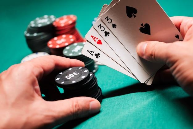 Jogando pôquer no cassino