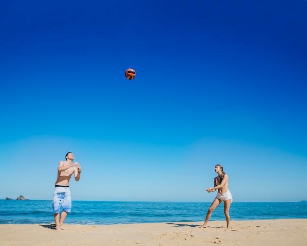 Jogando vôlei de praia