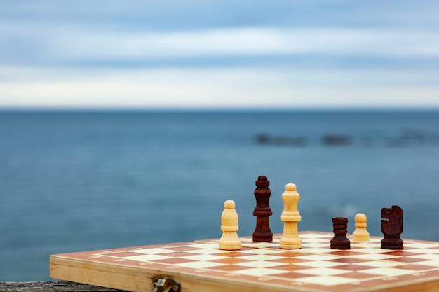 Jogando xadrez em uma placa na praia.
