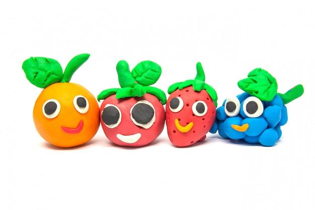 Jogar massa imitação de frutas em branco