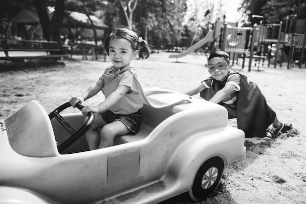 Jogar pretend car sibling playground concept