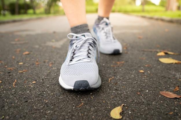 Jogging feminino no central park usando calçados esportivos