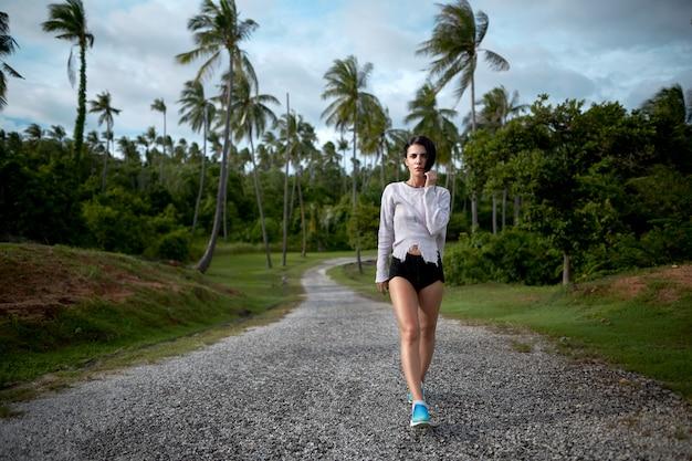 Jogging retrato coqueiro fundo