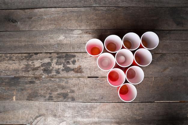 Jogo beer pong na mesa de madeira