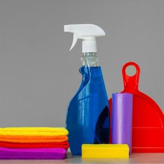 Jogo colorido das ferramentas para limpar a casa no ponto morto. o conceito de limpeza de primavera.