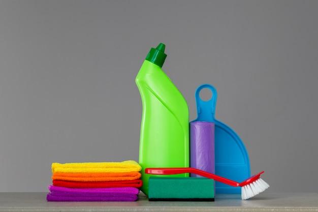 Jogo colorido das ferramentas para limpar a casa no ponto morto.